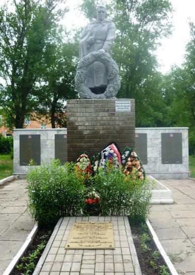 с. Мандрово Валуйского городского округа. Памятник по улице Школьной, установленный на братской могиле, в которой похоронено 3 советских воина, погибших в годы войны.