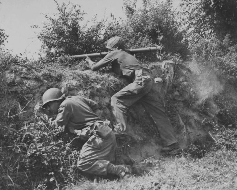 Американский солдат стреляет из гранатомета «Базука» в районе французской деревни Лесе. Июль 1944 г.