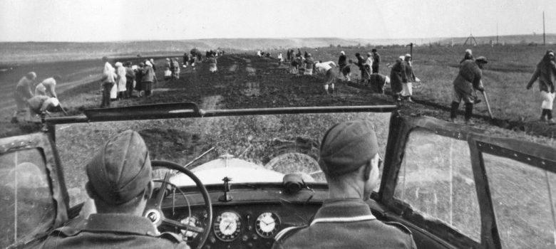 Местные жители ремонтируют дорогу в районе Майкопа. 1942 г.