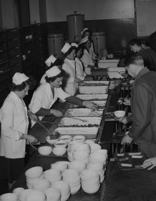 Военнослужащие WAC обслуживают курсантов военного училища. 1944 г.