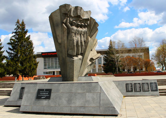 г. Белгород. Памятник по улице Широкой, установленный на братской могиле, в которой похоронено 483 советских воинов, погибших при освобождении города в 1943 году.