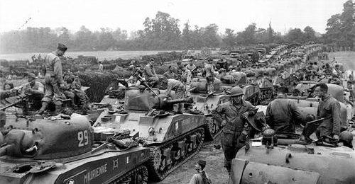 Французская бронетанковая дивизия генерала Леклерка на пляже Юта. 1 августа 1944 г.
