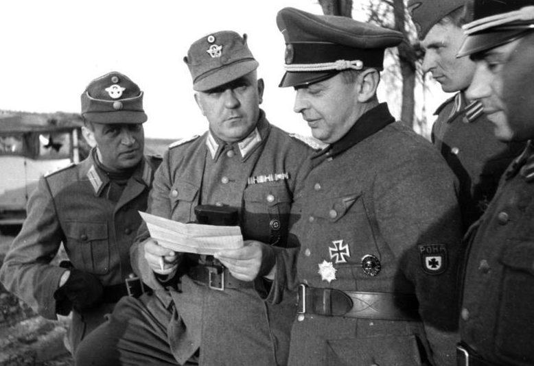 Бронислав Каминский в окружении офицеров полиции и РОНА в Белоруссии.
