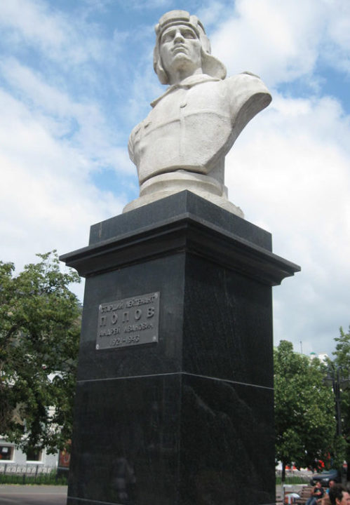 г. Белгород. Бюст, установленный в 1957 году танкисту старшему лейтенанту Попову А.И. погибшему при освобождении города.