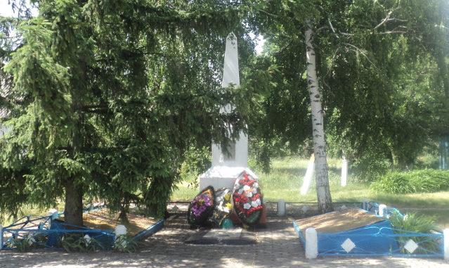 с. Камышеватое Алексеевского городского округа. Братская могила по улице Школьная 2а, у которой похоронено 12 советских воинов, погибших в 1943 году.