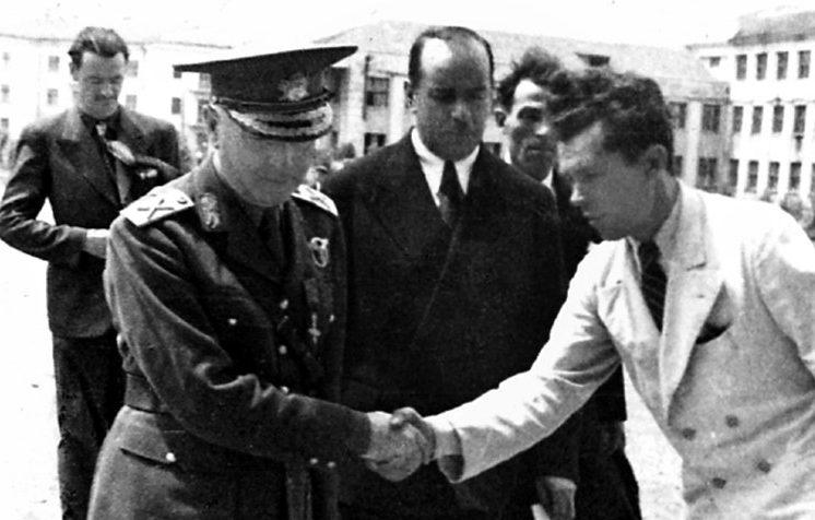Встреча румынского военачальника у драмтеатра. 1942 г.