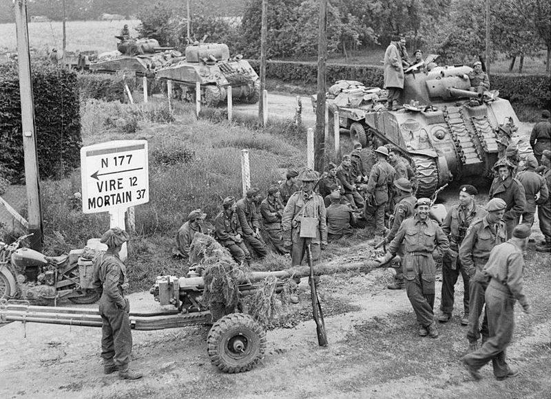 Танки с буксируемыми противотанковыми орудиями в Сен-Шарль-де-Перси. 2 августа 1944 г.