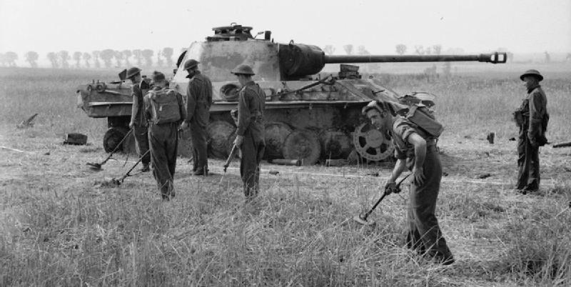 Разминирование подходов к подбитому немецкому танку. 4 августа 1944 г.