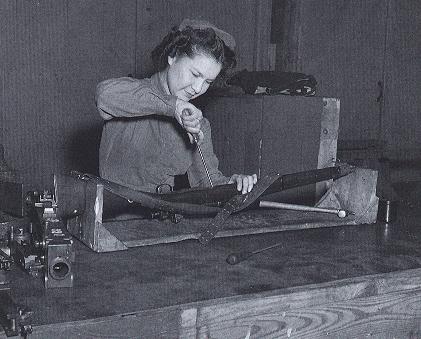 Военнослужащая WAC за ремонтом винтовки. 1944 г.