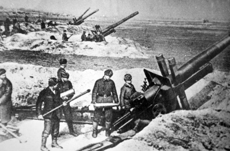 Советские артиллеристы в бою за город. Январь 1943 г.