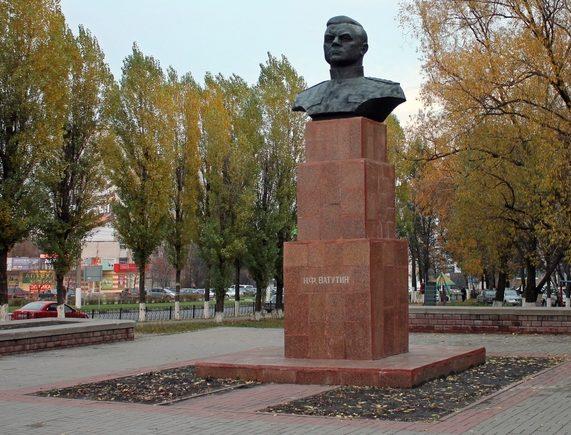 г. Белгород. Бюст Ватутину Н.Ф., установленный на пересечении пр. Ватутина и ул. Королёва.
