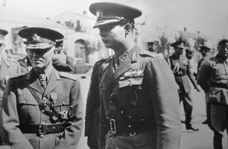 Румынский диктатор маршал Ион Антонеску (слева) и король Румынии Михай на центральной площади Тирасполя. 1942 г.