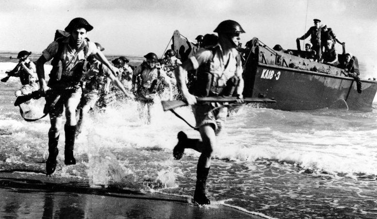 Британские солдаты высаживаются на берег Южной Франции. 15 августа 1944 г.