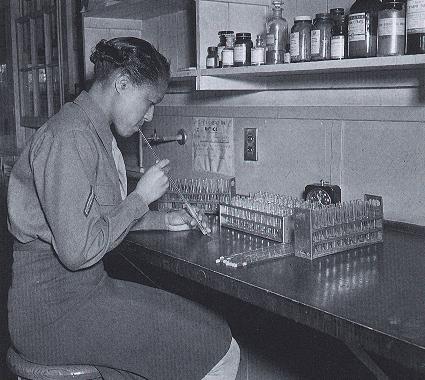 Военнослужащая WAC за работой в медицинской лаборатории госпиталя. 1944 г.