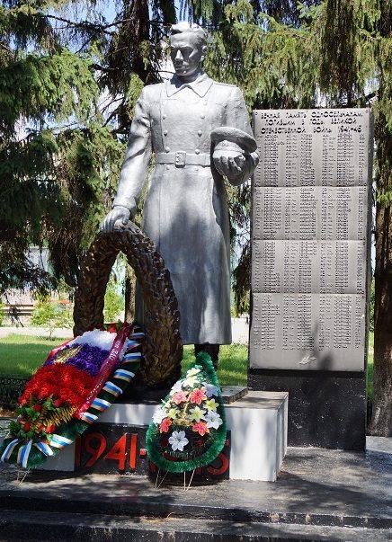 с. Сухосолотино Ивнянского р-на. Памятник по улице Центральной, установленный в 1968 на братской могиле, в которой похоронено 90 советских воинов, погибших в 1943 году.