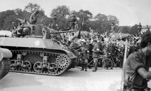 Танки 2-й французской бронетанковой дивизии в ходе освобождения Парижа. Август 1944 г.