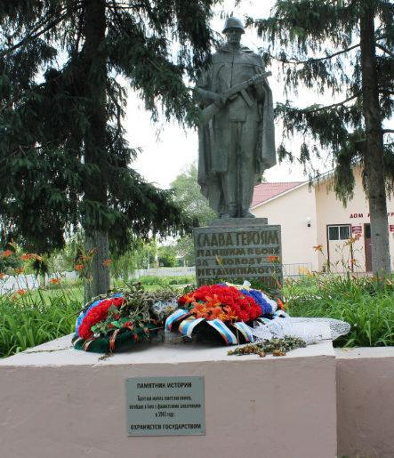 с. Соболевка Валуйского городского округа. Памятник по улице Юбилейной 22 а, установленный на братской могиле, в которой похоронено 10 советских воинов, погибших в 1943 году.