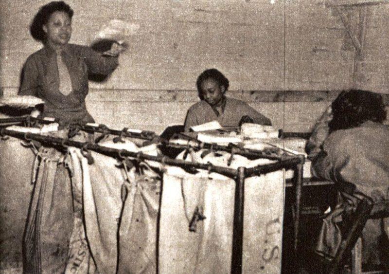 Военнослужащие WAC обрабатывают полевую почту. Великобритания, 1944 г.