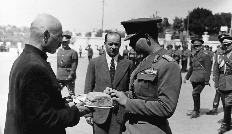 Мэр Тирасполя Пётр Торпан встречает Короля Михая. 1943 г.