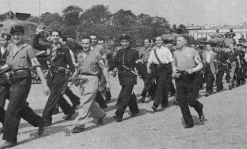 Французские бойцы Сопротивления и танки 2-й бронетанковой дивизии генерала Леклерка. Август 1944 г.