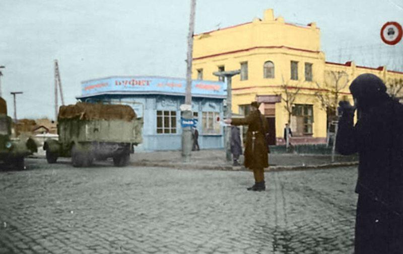 Румынский регулировщик на улице города. 1943 г.
