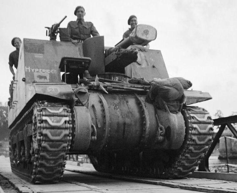 САУ «Секстон» из 11-й танковой дивизии пересекает Сену. Август 1944 г.