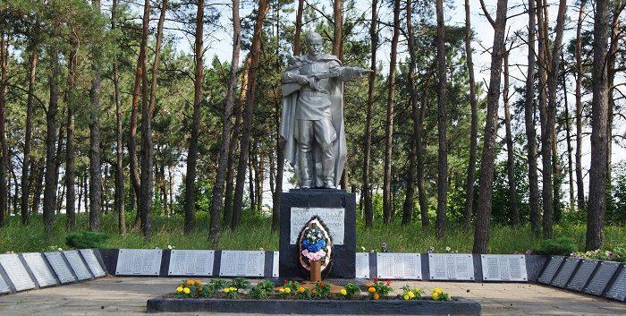 с. Череново Ивнянского р-на. Памятник по улице Шоссейной, установленный в 1988 году в честь односельчан, погибших в годы войны.