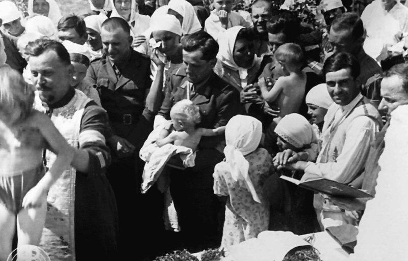 Крещение детей. 1943 г.