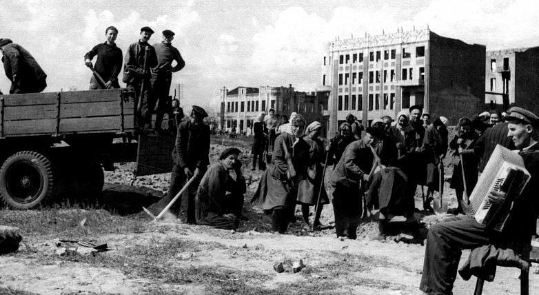 Армавирцы разбирают руины центральной части города. Март 1943 г.