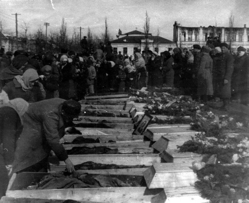 Похороны жертв фашизма в Майкопе. Февраль 1943 г.