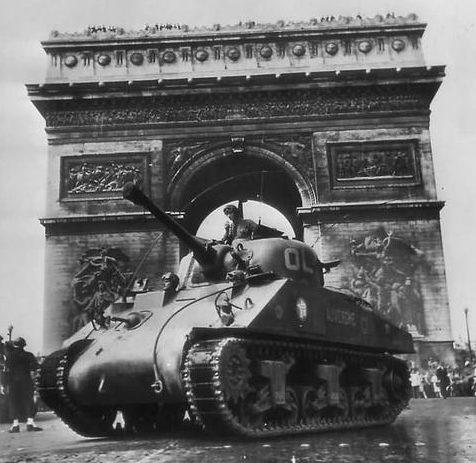 Французская танковая дивизия у Триумфальной арки в освобожденном Париже. Август 1944 г.
