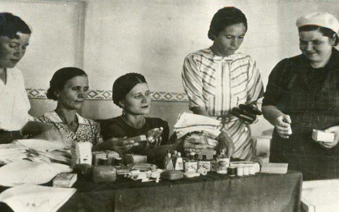 Женщины готовят подарки на фронт. Май 1943 г.
