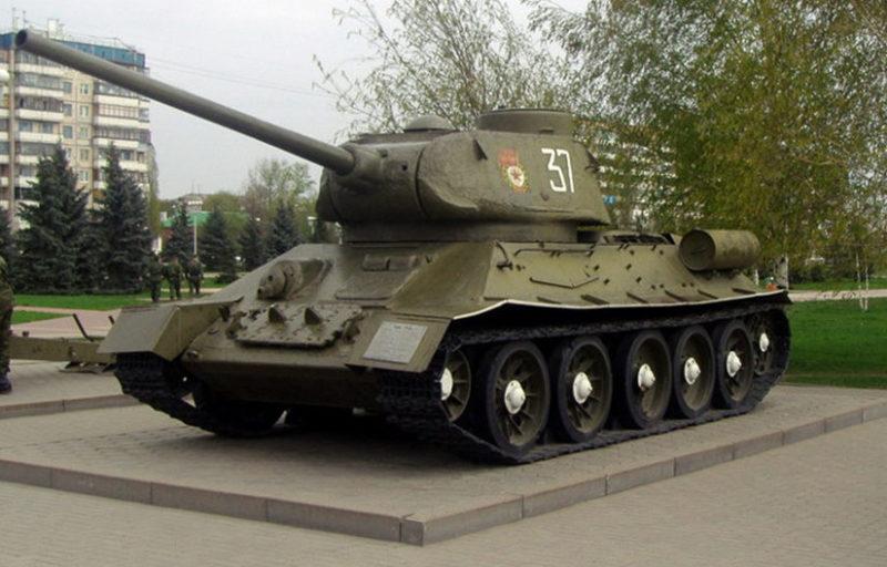 Танк Т-34-85 на смотровой площадке.