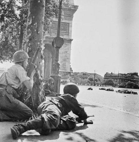 Члены парижского Сопротивления и американские солдаты ведут бой со снайперами. Париж, август 1944 г.