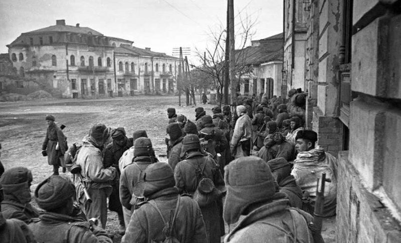 Красноармейцы в освобожденном городе. 5 января 1944 г.