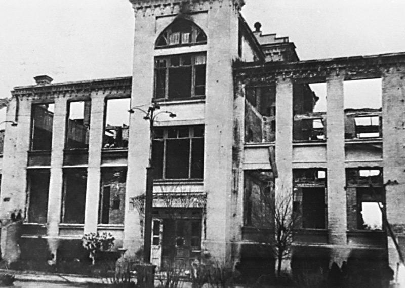 Сожженное здание Дворца пионеров. 1943 г.