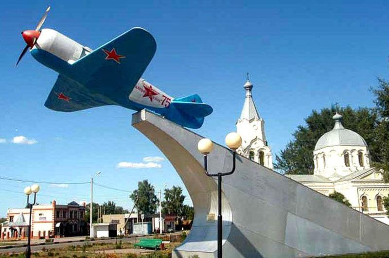 п. Уразово Валуйского городского округа. Памятник - самолет ЛА-5, установленный в 1988 году в честь 14-й Гвардейской авиадивизии, на котором совершил первый вылет с Уразовского аэродрома во время войны.