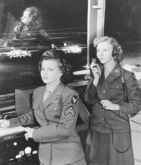В оперативном пункте управления ВВС. Техас, 1944 г.