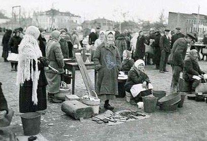 Рынок в оккупированном городе. 1942 г.