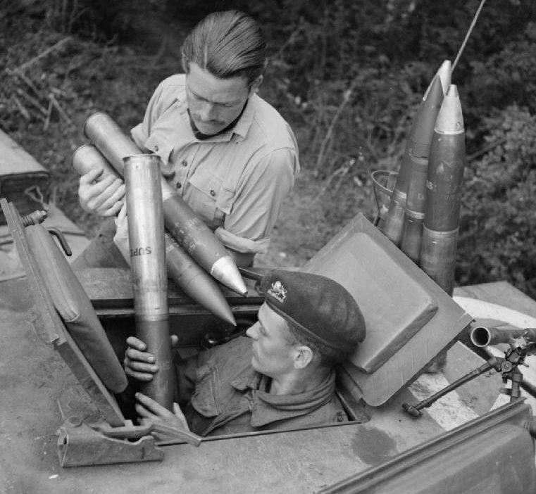 Погрузка снарядов в британский танк. 7 августа 1944 г.