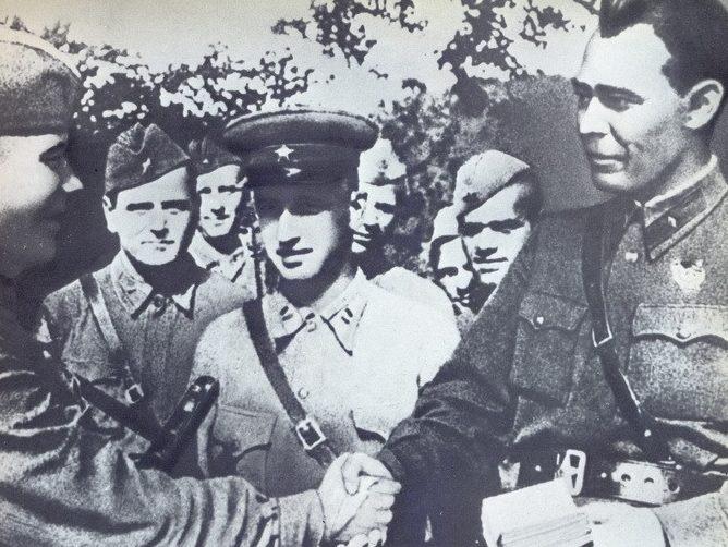 Л.И. Брежнев вручает партбилеты защитникам Туапсе. 1942 г.
