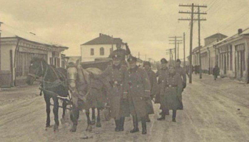 Военная полиция на городской улице. 1942 г.