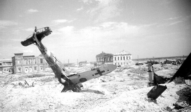 Сбитый немецкий истребитель. Март 1943 г.