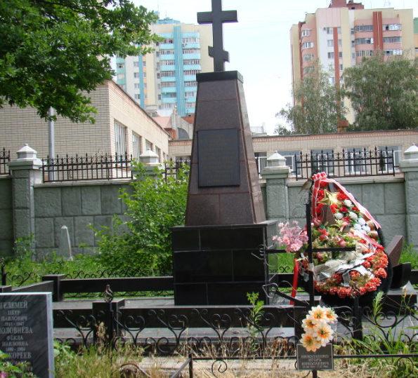 г. Белгород. Памятник на старом кладбище по улице Попова, установленный на братской могиле железнодорожников, погибших в годы войны.