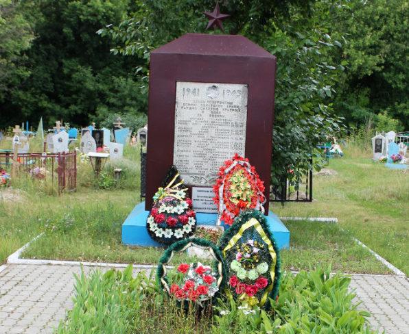 п. Уразово Валуйского городского округа. Памятник по улице Больничной, установленный на братской могиле, в которой захоронен 81 советский воин, погибший в 1943 году.