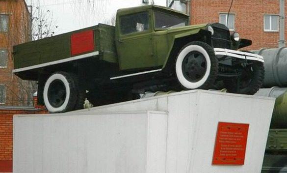 г. Белгород. Памятник-автомобиль ГАЗ-АА, установленный в честь воинов-автомобилистов на пр. Славы, на территории в/ч 27898.