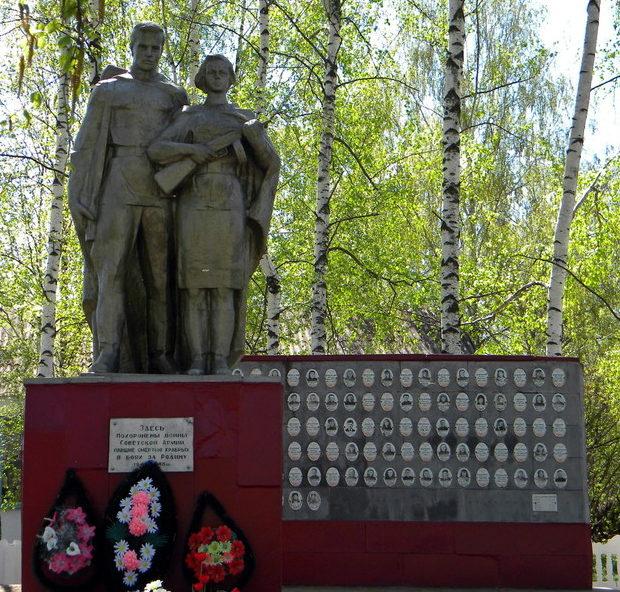 с. Большое Песчаное Корочанского р-на. Памятник, установленный на братской могиле, в которой похоронено 48 неизвестных советских воинов. Здесь же находится мемориальная стена с именами погибших земляков.