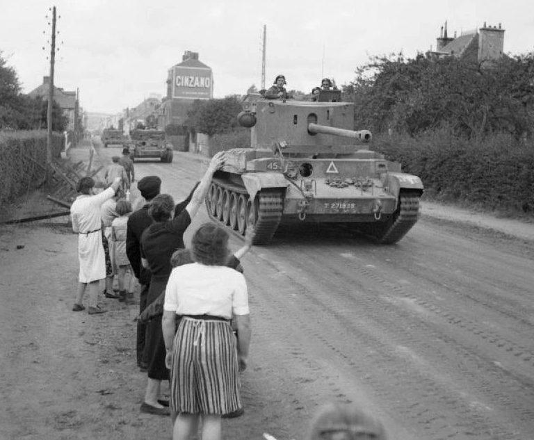 Британские танки проходят через Флер, Франция. 17 августа 1944 г.
