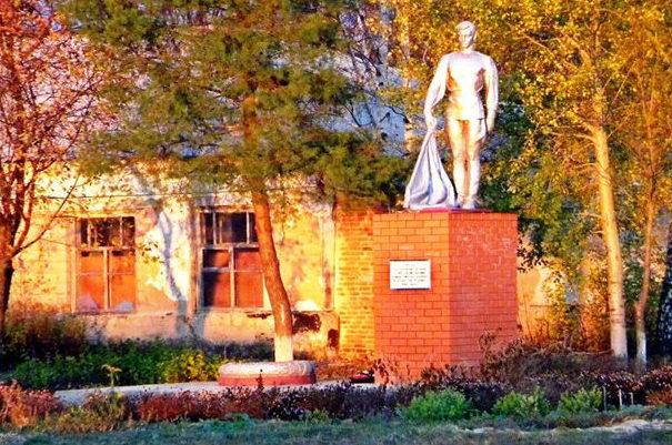 п. Бубново Корочанского р-на. Памятник, установленный на братской могиле, в которой похоронено 3 неизвестных советских воина.