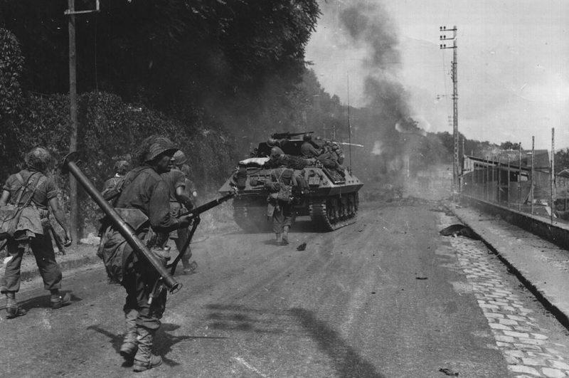 Американский солдат с гранатометом M1A1 Bazooka недалеко от Фонтенбло. 23 августа 1944 г.